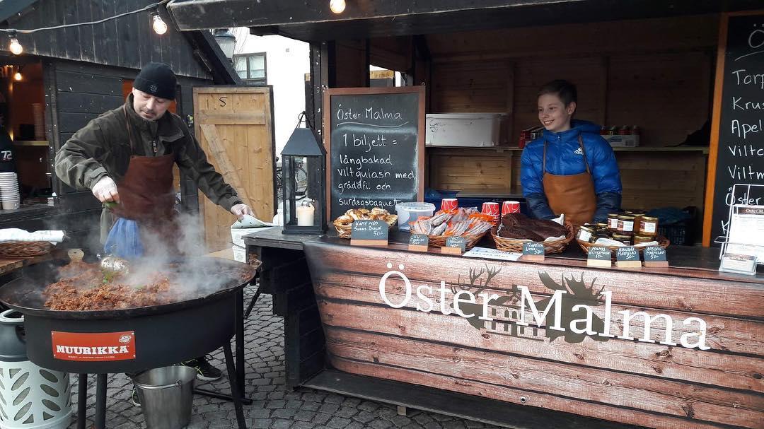 Kom och träffa oss på Midvinterfesten på torget i Nyköping vi finns på plats till 20.00 ikväll. Gulaschen är rykande varm. Varmt välkomna #östermalma #viltupplevelser #midvinterfest