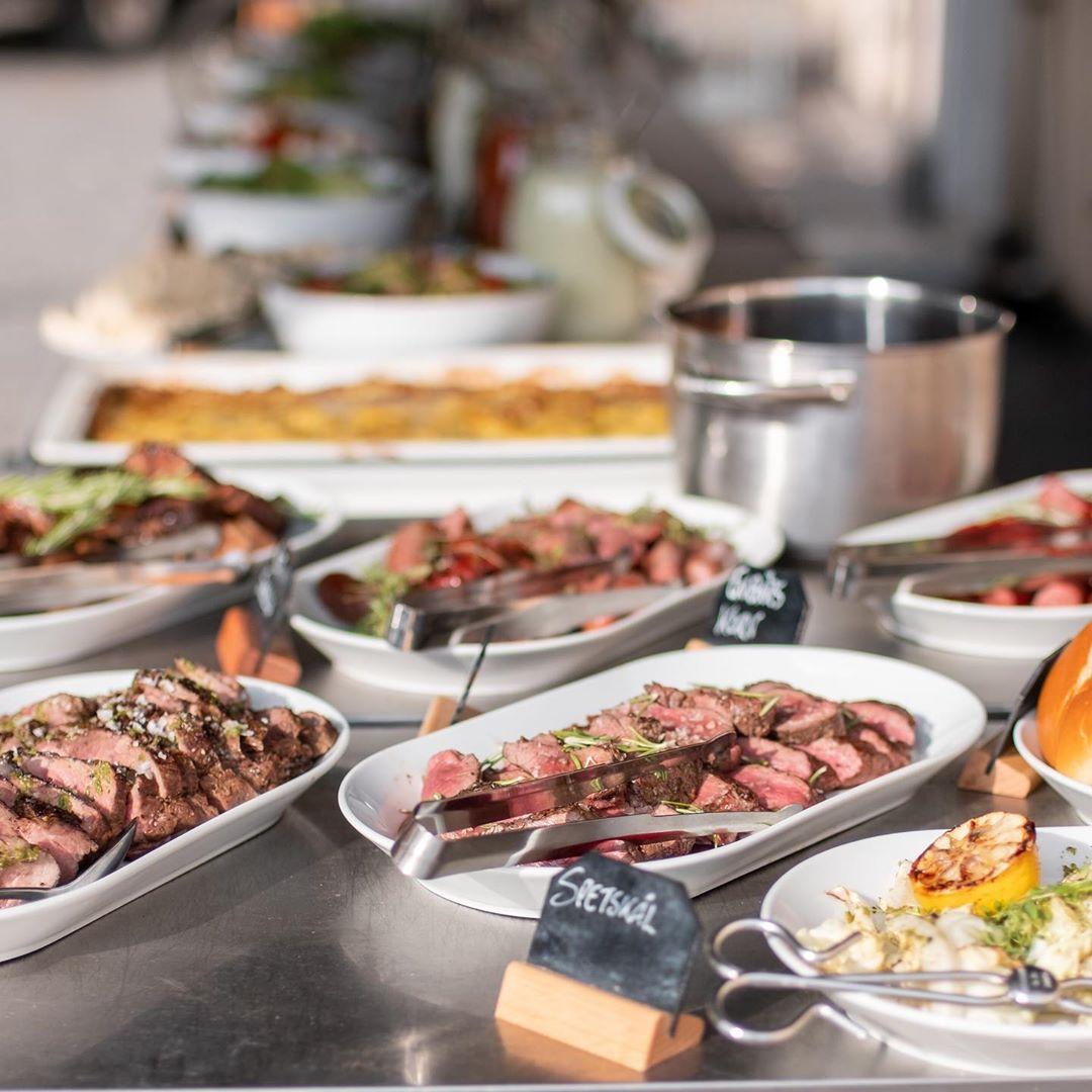 Sommaren är här och så även vår härliga grillbuffe'. Vi har platser kvar i morgon fredag, glöm inte att boka bord på 0155-246228 alt info@ostermalma.se. Hoppas vi ses! #östermalma #grillbuffé #sommar