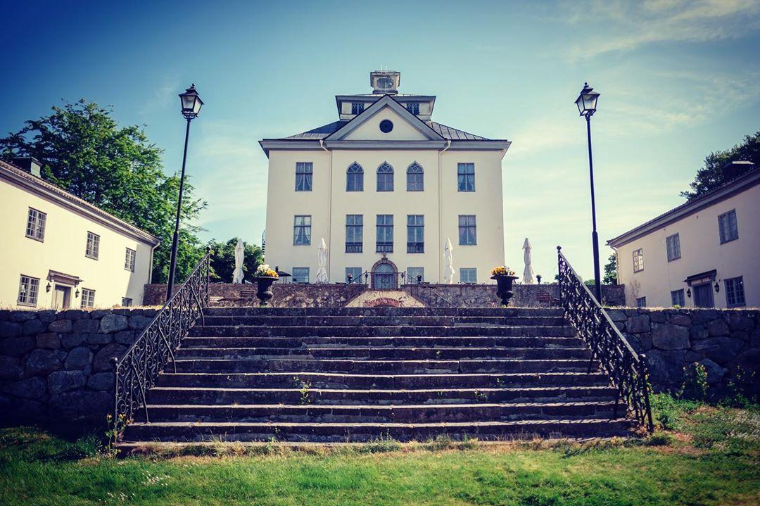 Nu har vi utökat våra guidade visningar av slottet! Välkommen tisdagar och onsdagar samt den första lördagen i månaden! För mer info www.ostermalma.se
